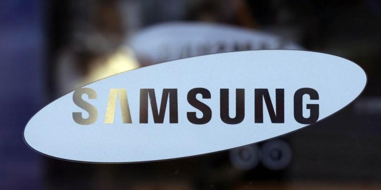 ARCHIV: Das Logo des Elektronikkonzerns Samsung in Seoul (Suedkorea) am Eingang des Ausstellungsraums der Samsung Elctronics Co. auf einer Glasscheibe (Foto vom 26.10.12). Am Freitag (25.01.13) veroeffentlicht der Elektronikkonzern das Ergebnis fuer das vierte Quartal 2012. (zu dapd-Text) Foto: Lee Jin-man/AP/dapd